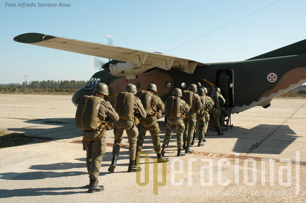 """Mais uma patrulha de um curso de pára-quedismo militar, mais um conjunto de portugueses que vão conquistar a boina verde com a """"ajuda"""" do """"AVIOCAR"""". Nunca o esquecerão!"""
