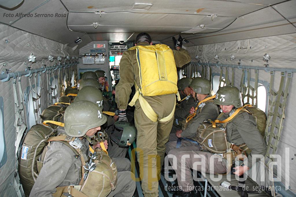 Antes da descolagem, contagem e os últimos alertas, cintos, cabo de engachar, equipamento, tiras do capacete. Nada pode ser deixado ao acaso.