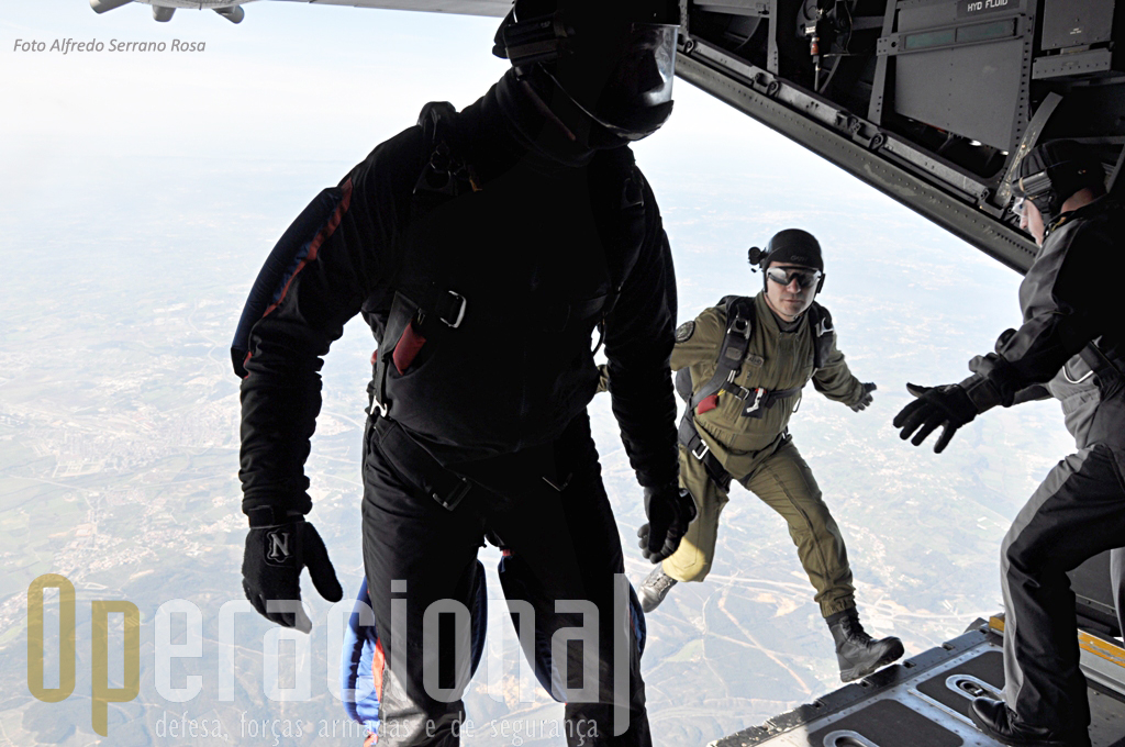 Instrutores de queda-livre portugueses no momento exacto em que saltam pela rampa da aeronave.