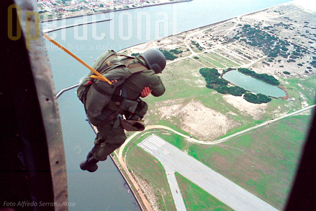 """SAA a partir do C-212 para a singular zona de lançamento de S. Jacinto. Aqui os pára-quedistas saltam sempre equipados com o """"Mae West"""" (colete salva-vidas), a Ria de Aveiro e o Oceano limitam a Zona de Lançamento."""