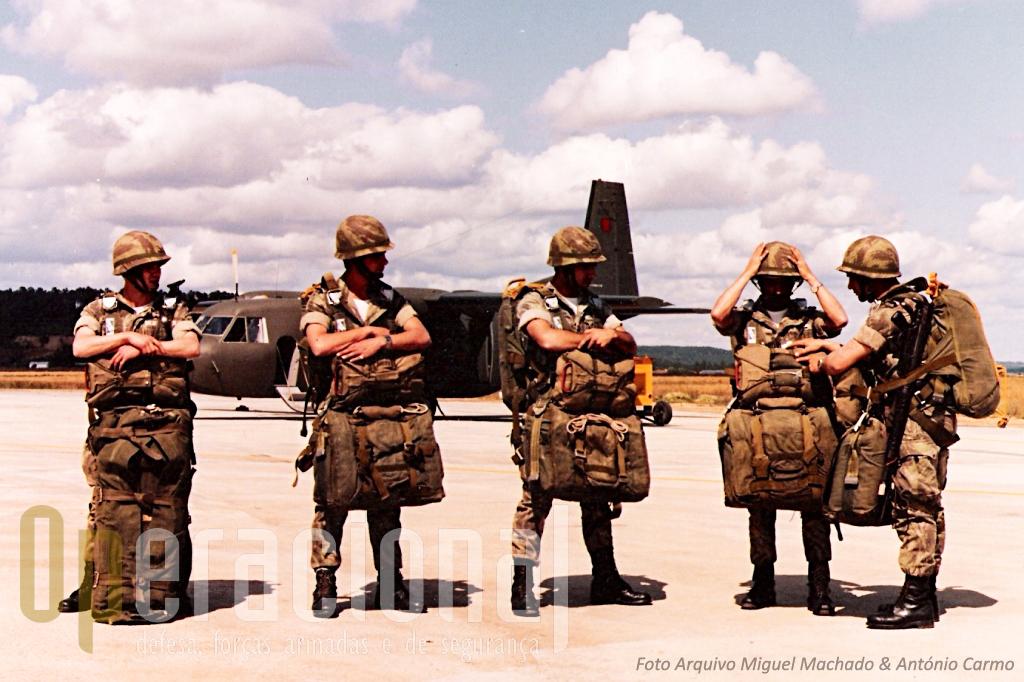 """Primeiros anos do """"AVIOCAR"""" em Tancos (note-se a pintura). Um Destacamento de Precursores do Corpo de Tropas Pára-quedistas prepara-se para mais um salto de treino."""