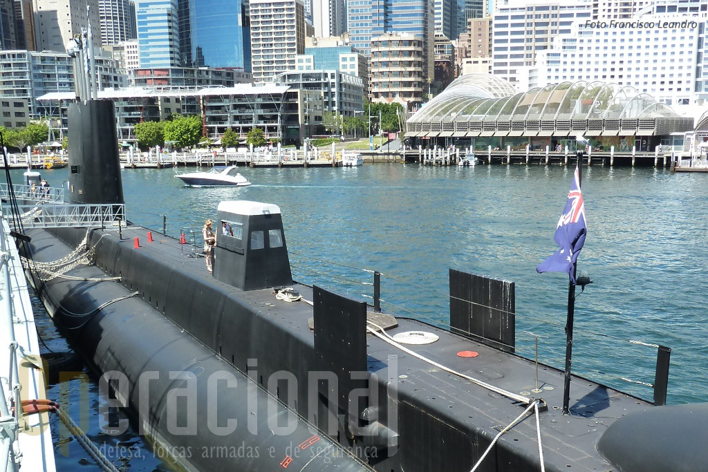"""O HMAS """"Onslow"""", construído no Reino Unido (Escócia), mede 89.90 m de comprimento (só para comparar de dimensões, o NRP """"Tridente"""" mede 67,9m)."""