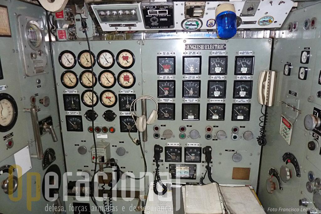"Sala de controlo dos dispositivos electricos do ""Onslow"", a época anterior ao ""digital""."