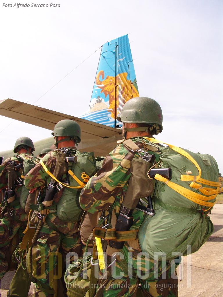 """Destacamentro de precursores em 2007, também em Tancos. Armas, pára-quedas, fardamento e equipamento dos """"Prec's"""" são novos... mas o """"AVIOCAR"""" mantinha-se, operacional e fiável!"""