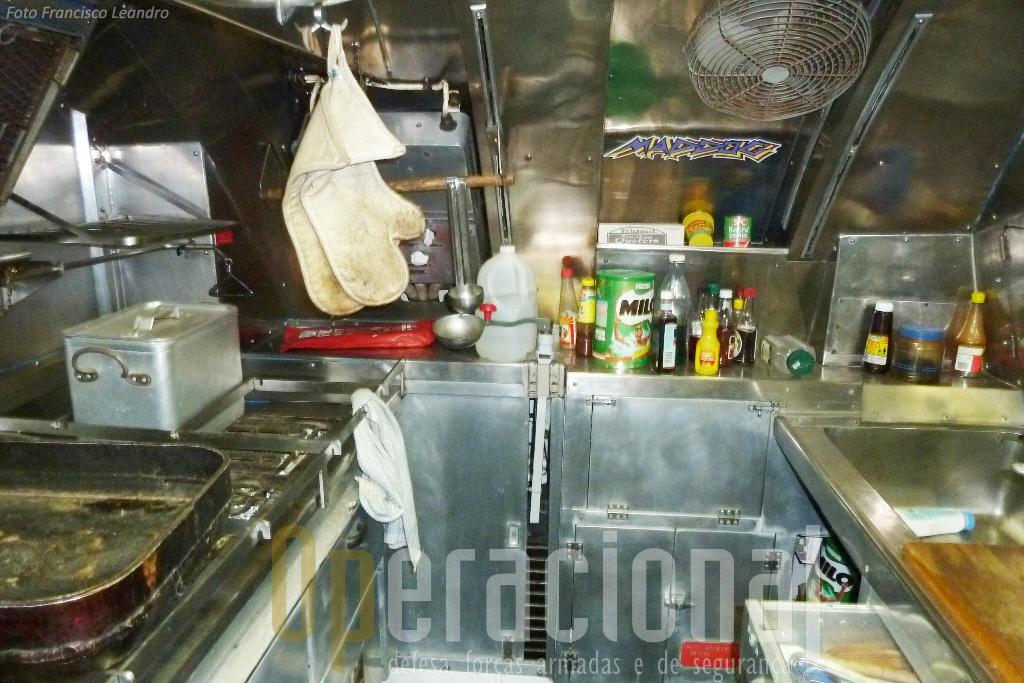 A cozinha que alimentava uma guarnição de 68 militares parece pronta a servir mais uma refeição.