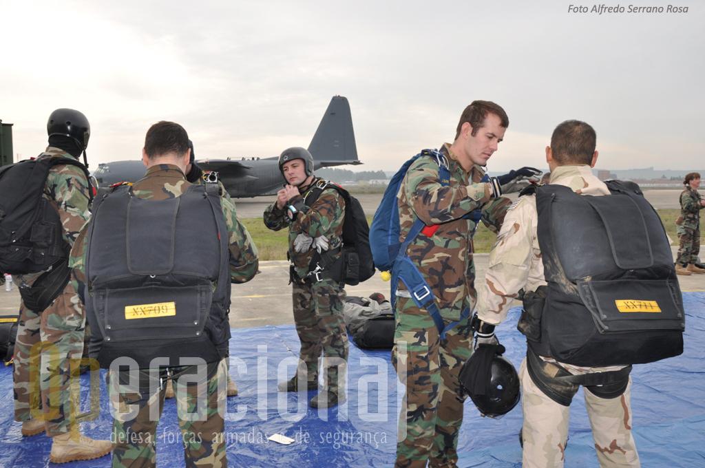 Antes do embraque, últimos ajustes no equipamento para os militares americanos.