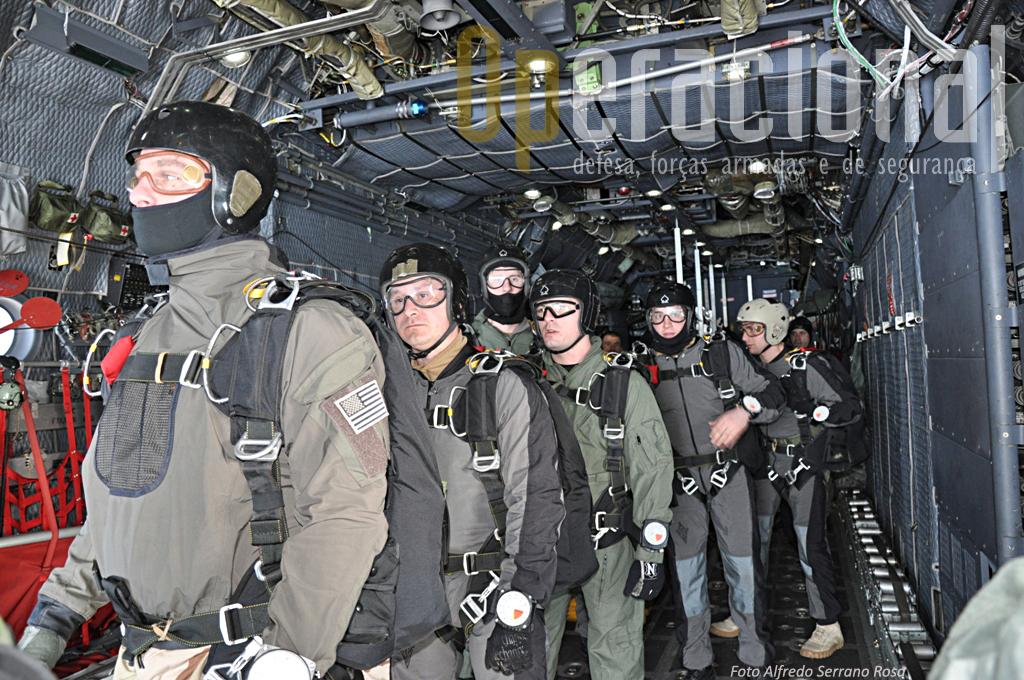 O momento é de concentração, dentro de segundos, em instantes, estes militares estarão no espaço, em queda-livre sobre Tancos.