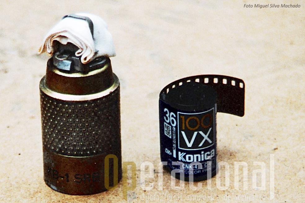 """""""Bomblet"""" KB-1, idêntica à que matou e feriu portugueses e italianos e 24JAN96.  Note-se em comparação com rolo fotográfico, a sua pequena dimensão. Esta munição  está nova, em bom estado de conservação, ao contrário da que explodiu"""