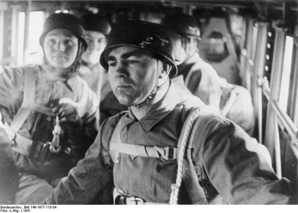 A bordo do lendário bi-motor Junker JU-52.(Foto do Arquivo Federal Alemão)