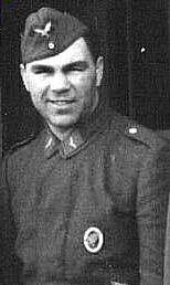 Max Schmeling ostentando no seu uniforme o distintivo de qualificação pára-quedista. (Foto de arquivo)
