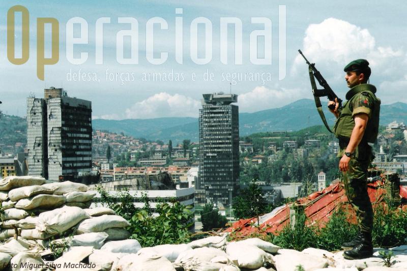 Pára-quedista português em Sarajevo. Em Janeiro de 1996 Portugal enviou mil  militares  para integrar a operação na NATO que veio a consolidar a Paz na região.  Estava em marcha uma nova época na vida das Forças Armadas Portuguesas e do  Exército em particular. Abriu-se uma nova oportunidade para a diplomacia nacional