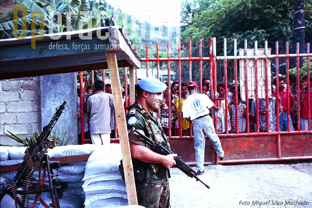 Segurança a um dos campos de refugiados/deslocados nos arredores de Dili.