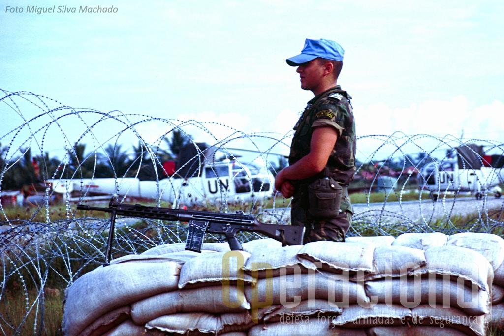 Fuzileiro português monta segurança ao heliporto de Dili, onde operavam helis portugueses, australianos e chilenos.