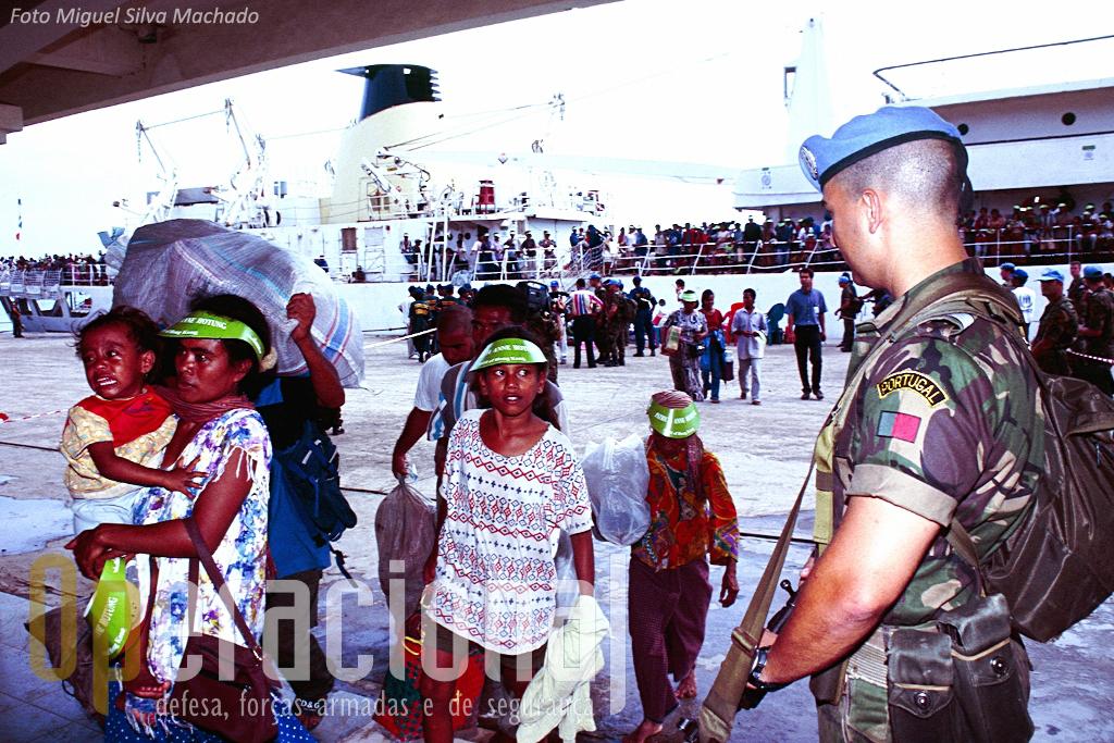 Militaes portugueses efectuam a Recepção e triagem de timorenses que regressam a Dili em navios provenientes da parte indonésia da Ilha de Timor.