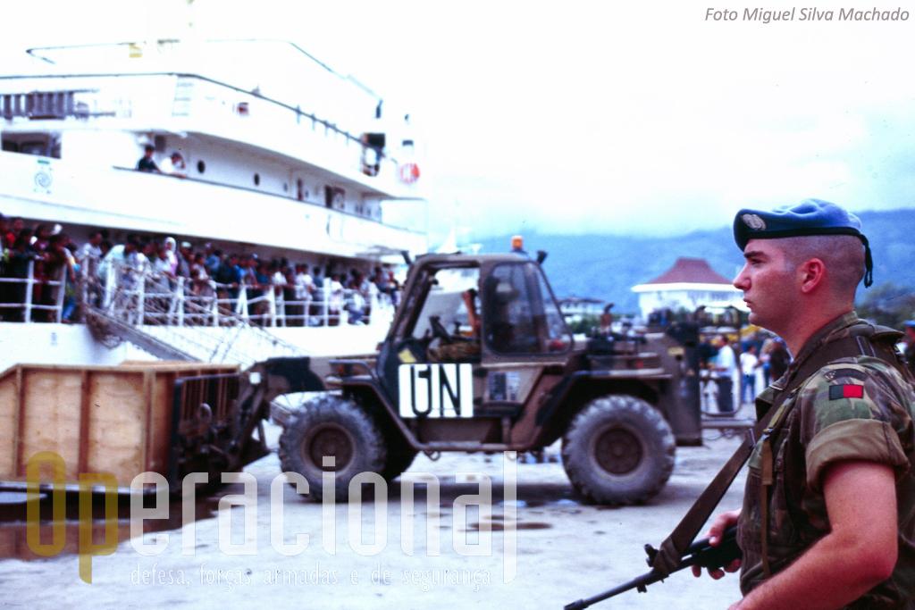 Nesta fase inicial em Timor a Austrália forneceu parte imortante dos meios logisticos pesados.