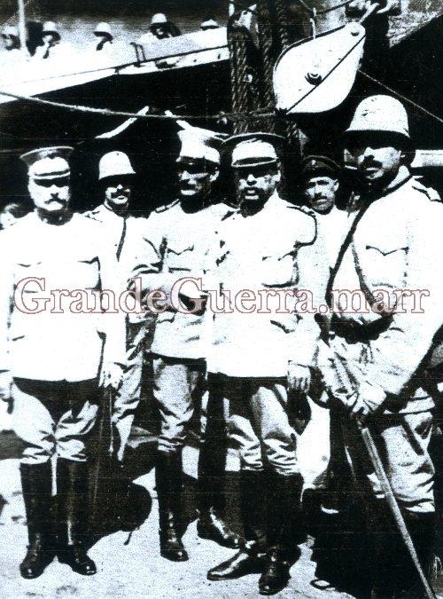 Primeiro da esquerda: General Ferreira Gil, comandante da 3.ª Expedição a Moçambique com o seu Estado-Maior.Junho de 1916