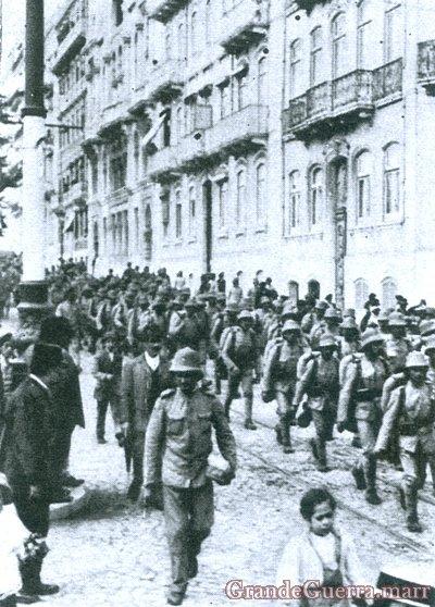 O Batalhão do 24 de Infantaria a caminho do embarque In: Ilustração Portuguesa (Colecção particular)