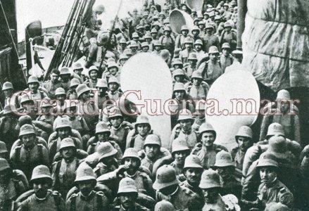 Expedicionários a bordo. Observe o chapéu-capacete com o ventilador semi-esférico. In: Ilustração Portuguesa (Colecção particular)