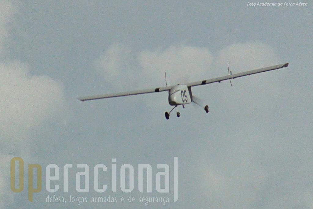 """Aqui fica no entanto uma foto de arquivo do mesmo """"05"""" em voo e transportanto um sensor no """"nariz""""."""