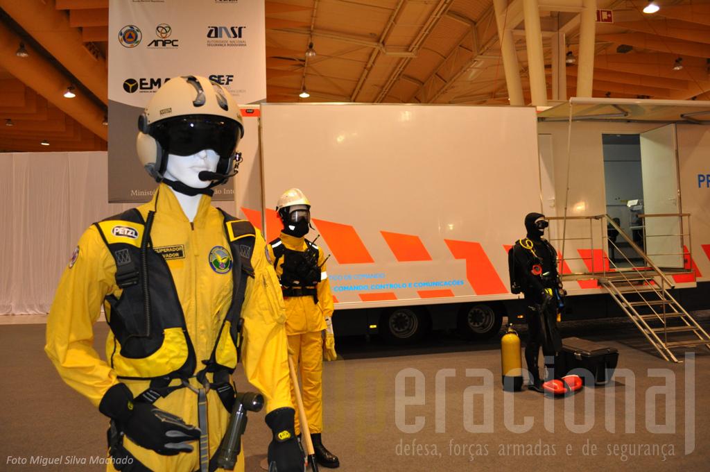 """A Protecção Civil tambem já tem Recuperadores Salvadores próprios para operar nos seus meios aéreos. Ao fundo a viatura do """"CETAC"""" que estava exposta."""