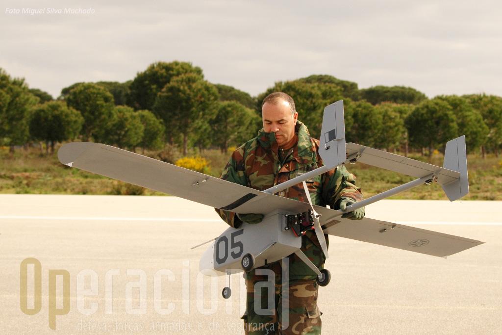 O Sargento-Ajudante Joaquim Gomes, recolhe o ANTEX. Uma das vantagens deste aparelho para o trabalho de investigação é a sua facilidade de manuseamento.