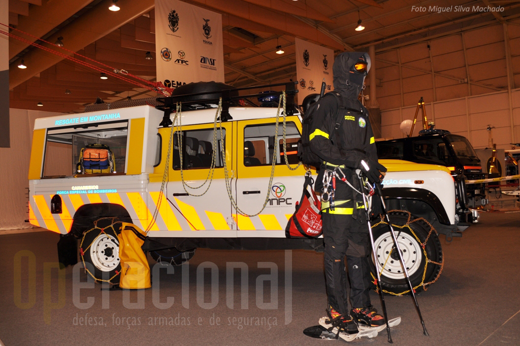 Viatura e equipamentos para resgate em montanha da protecção civil.