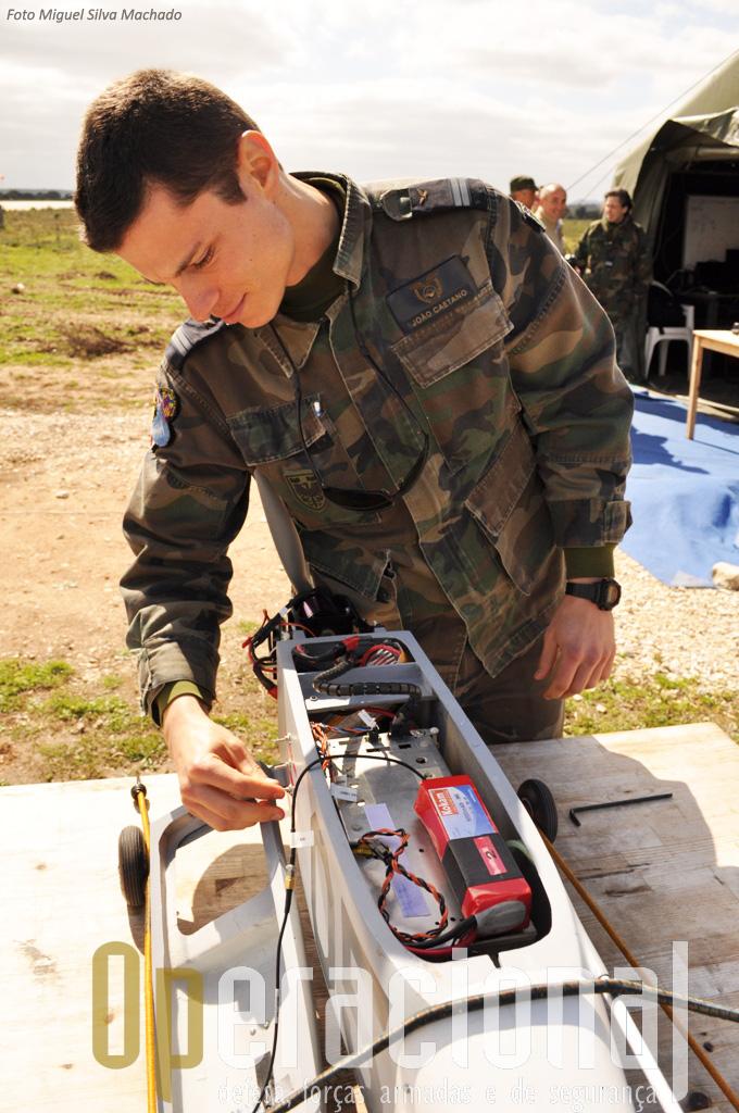 O Tenente Engenheiro Aeronáutico João Caetano mostra-nos o interior do aparelho. A vermelho uma bateria e por baixo o computador de bordo.