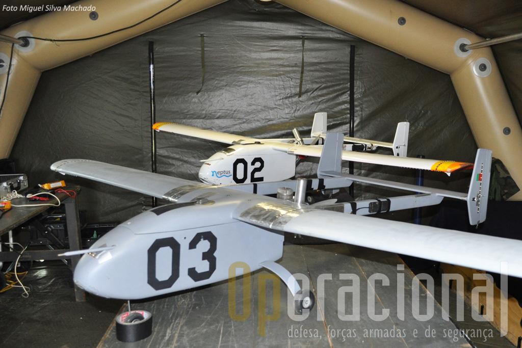 """O """"Hangar"""" ANTEX-X02 no dia da visita. Estes dois UAV estavam equipados com motores a combustão."""