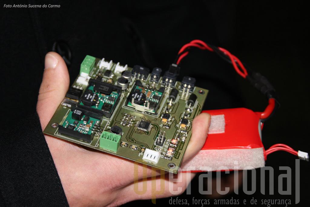 A placa de alimentação eléctrica, concebida no projecto, que permite gerir a distribuição de energia para os vários componentes do aparelho.
