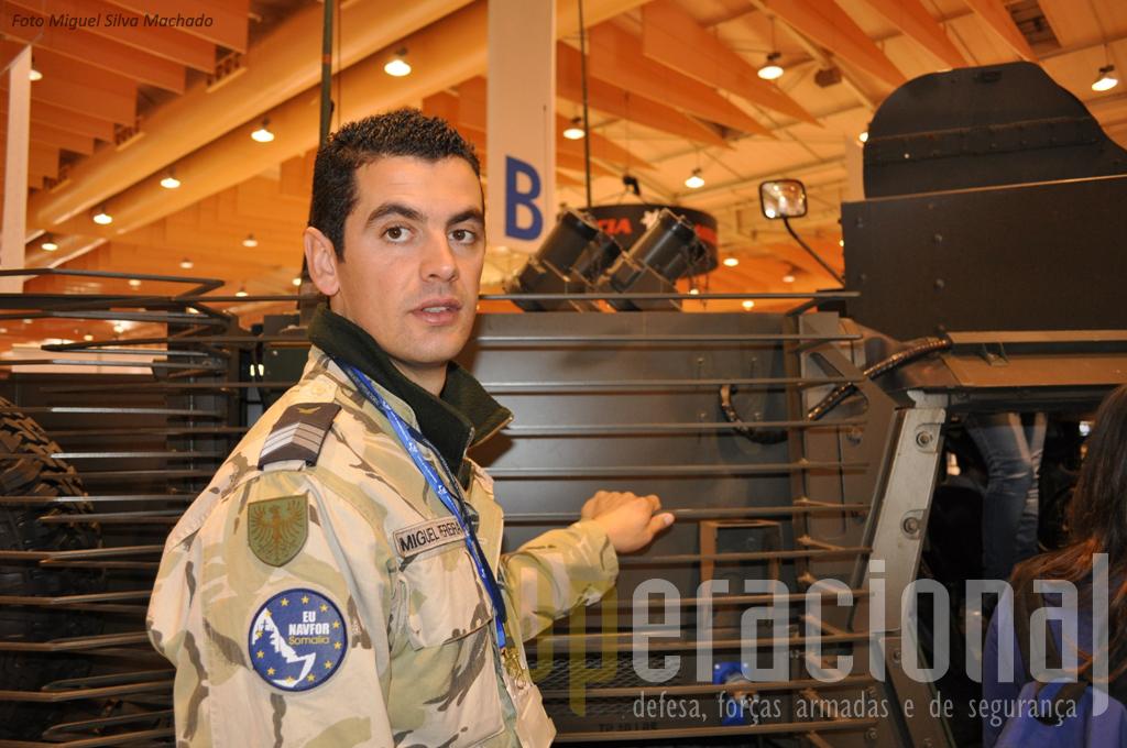 O facto dos militares que explicam aos visitantes o que estão a ver, como era o caso do Segundo Sargento Miguel Pereira, que serviu no Afeganistão e no Índico,