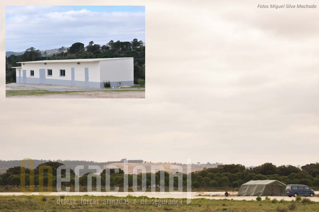 """A """"esquadra operacional UAV"""" hoje funciona numa tenda mas já tem um edificio construído. Aqui será feita a manutenção 1.º e 2.º escalões nos aparelhos e só o 3.º permanecerá em Sintra."""