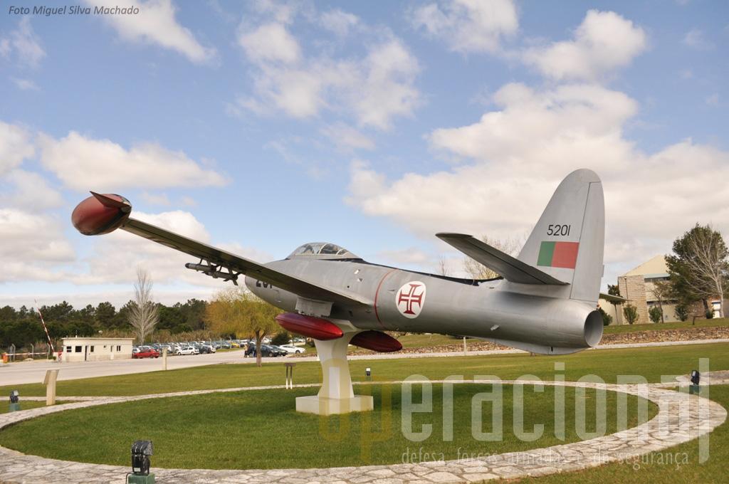 """Na """"Base da Ota"""" recorda-se hoje o destaque que ali teve o inicio da operação em Portugal dos """"aviões a reacção"""". Pode ser que um dia também os primeiros UAV da Força Aérea, sejam ali recordados. O futuro o dirá."""