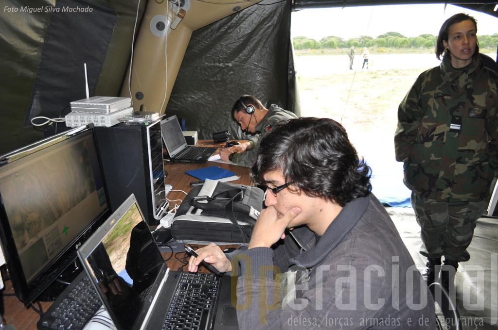 O Engenheiro Informático António Sérgio na consola de gestão que criou, e a partir ad qual é possivel aompanhar os diversos parâmetros de vôo de vários aparelhos em simultânio.