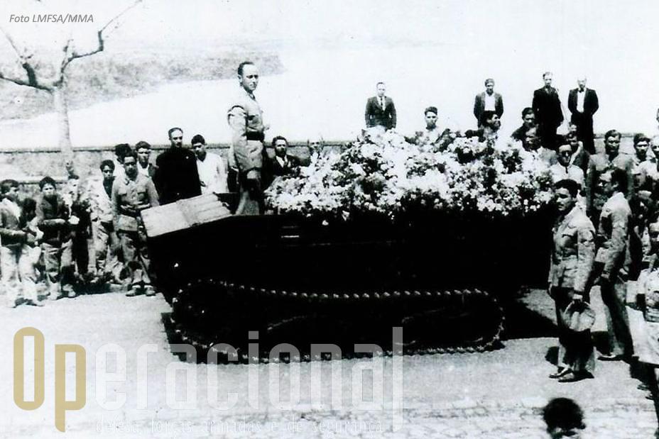 Cortejo fúnebre ao cemitério de Rabo de Peixe. Atente-se na presença de militares e civis, inclusive crianças.