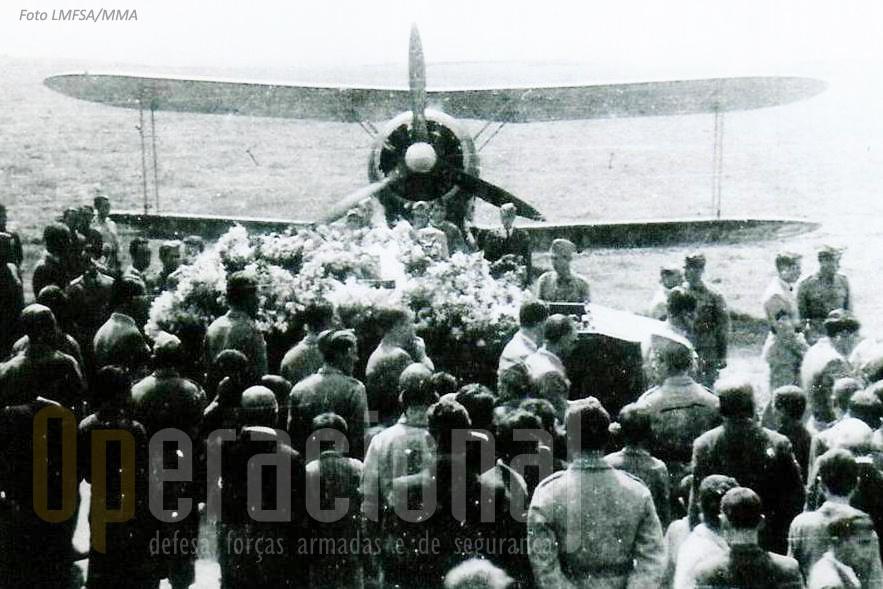 A última passagem de Manuel Cardoso pela Base Aérea n.º 4 (Santana) com guarda de honra constituída por um Gloster Gladiator