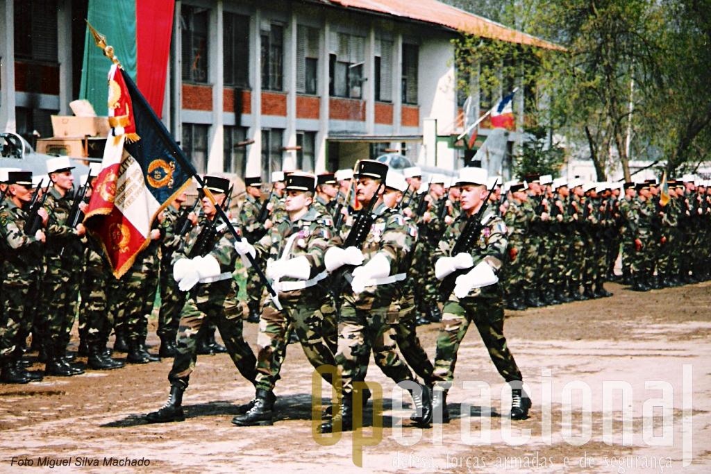 O Estandarte Nacional do 6.º Regimento Estrangeiro de Engenharia (hoje extinto), em 1996 na Bósnia-Herzegovina.