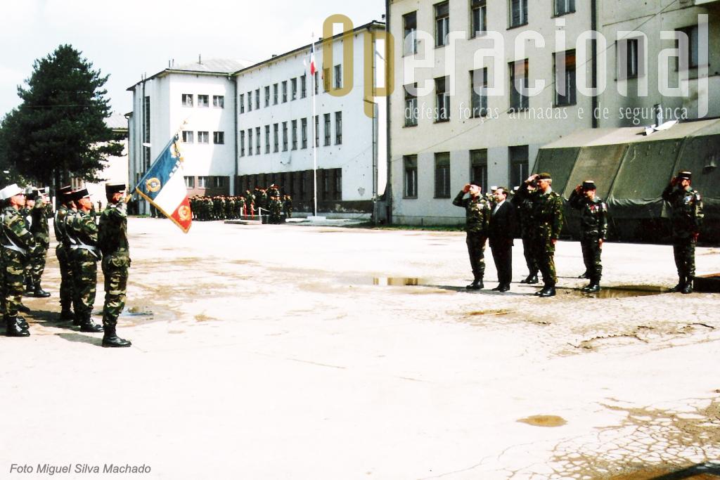 As altas entidades, francesas e estrangeiras, entre os quais o Comandante das Forças Terrestres a IFOR/NATO, saúdam o Estandarte Nacional.