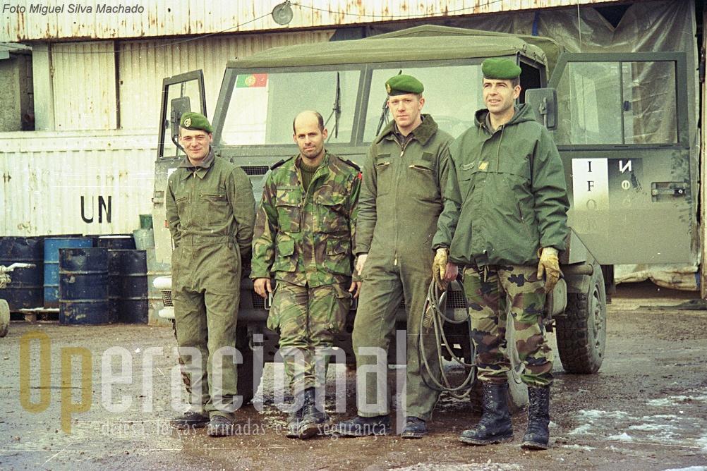 Aeroporto de Sarajevo, 1996. O Sargento Gonçalves (primeiro à direita), português ao serviço de França no 6.º Regimento Estrangeiro de Engenharia e dois legionários (mecânicos) posam para a foto com o Sargento-Ajudante Faria, depois de umas horas de trabalho em proveito das forças porutuguesas na Bósnia.
