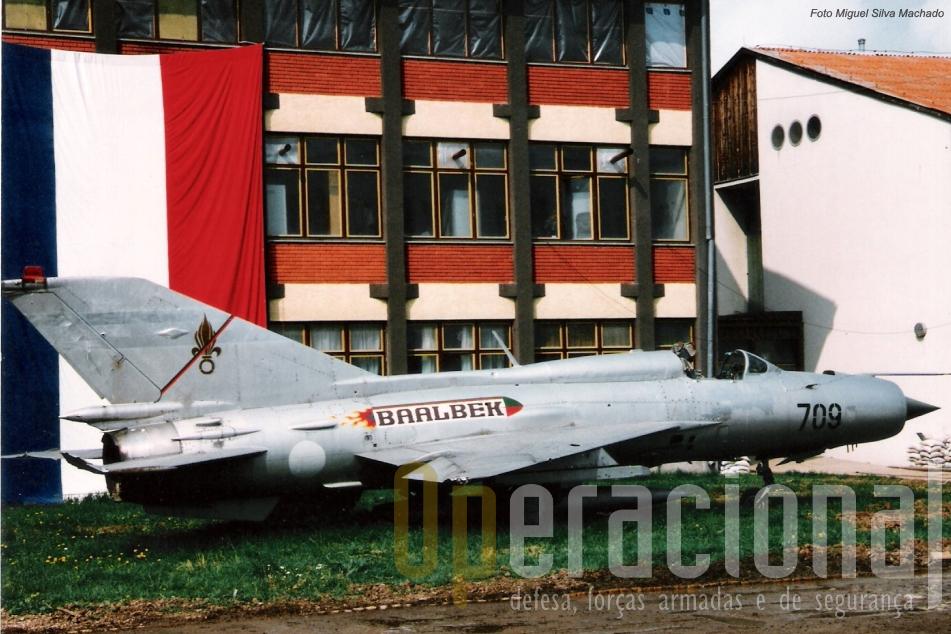 """Dois Mig-21 foram redecorados com as cores da Legião (o verde e o vermelho), o seu simbolo (a granada) e este com a inscrição """""""