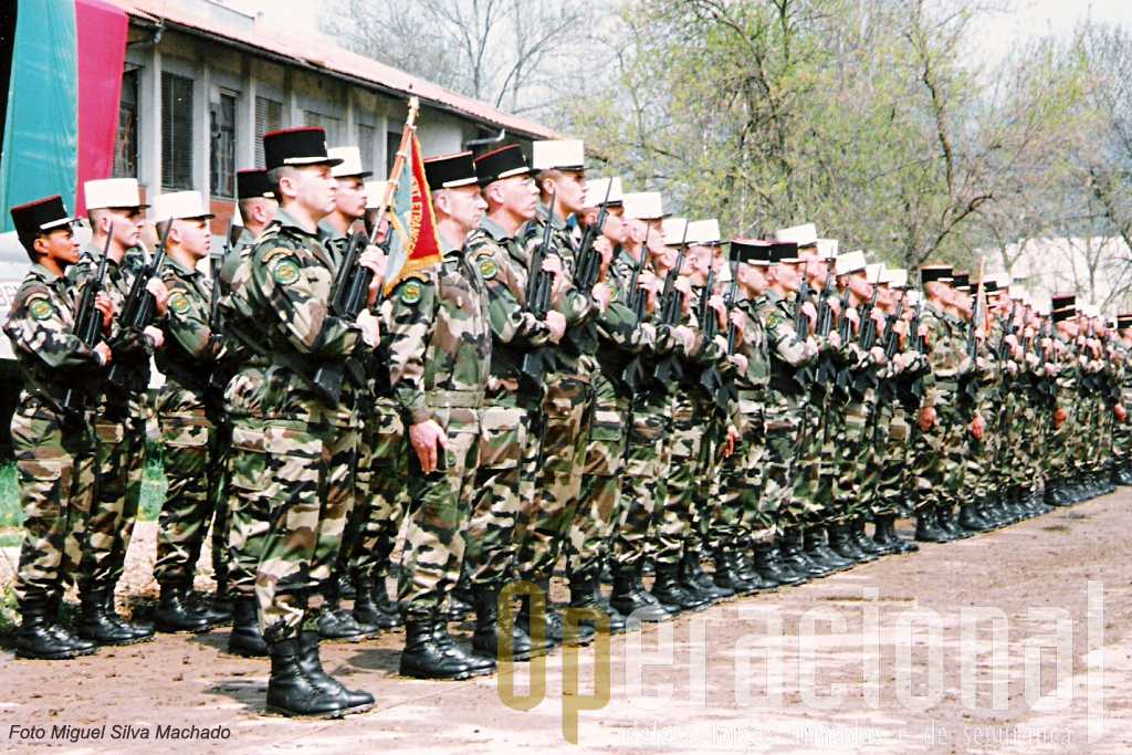 """Na Legião oficiais e sargento usam o boné preto e os legionários o conhecido """"képi blanc"""". Todos os sargentos são oriundos de legionários."""