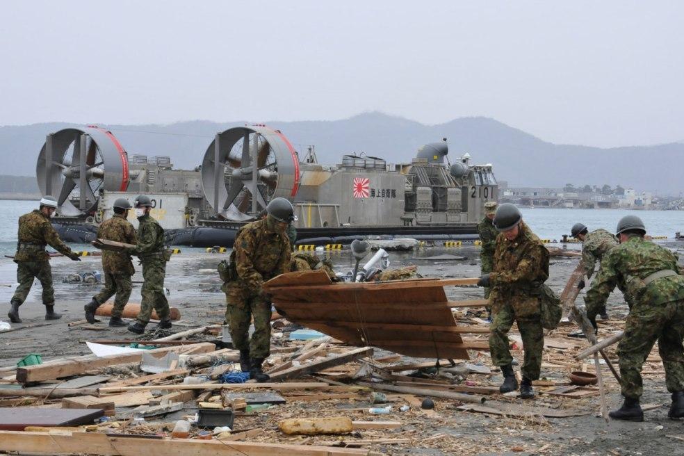 """Um dos """"hovercraft"""" LCAC (Landing Craft, Air Cushion) da Força Naval de Auto-Defesa do Japão no decurso das operações na costa de Sendai (Foto Ministério a Defesa do Japão)"""
