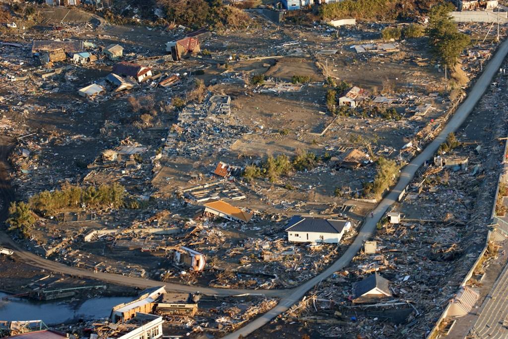 Vista aérea da região de Honshu, ilustrando bem o resulatdo do sismso nas habitações locais (Foto US Navy,  pelo Naval Air Crewman 1st Class Jay Okonek)