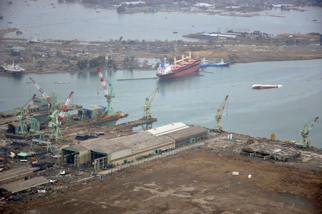 Porto junto à Base Aérea de Matsushima, muito danificada, que passou a servir de local de reabastecimento para os heliópteros CH-46 dos US Marines em operações de assistência às populações (Foto US Navy pelo Mass Communication Specialist 1st Class Ben Farone).
