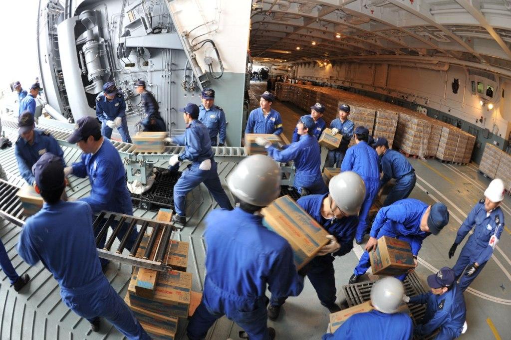 A Marinha (Força Naval de Auto-Defesa do Japão) teve um papel muito importante no transporte de alimentos e equiapamentos pesados para as regiões afectadas. Muitas só foi possivel lá chegar pelo ar ou por mar (Foto Ministério da Defesa do Japão).