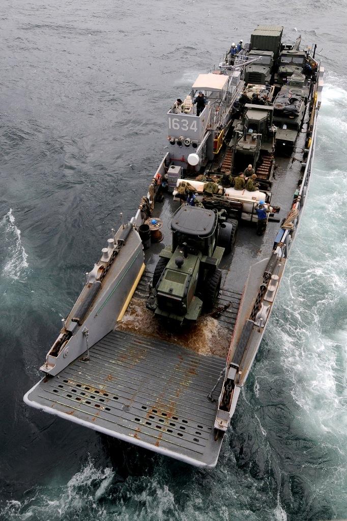 Uma lancha de desembarque americana proveniente do USS Essex (navio de assalto anfibio) vai descarregar material pesado na costa de Akita (Foto US Navy pelo Mass Communication Specialist 3rd Class Adam M. Bennett