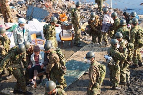 Nas horas iniciais depois do sismo e maremoto os militares iniciaram as operações de resgate de sobreviventes (Foto Ministério da Defesa do Japão)
