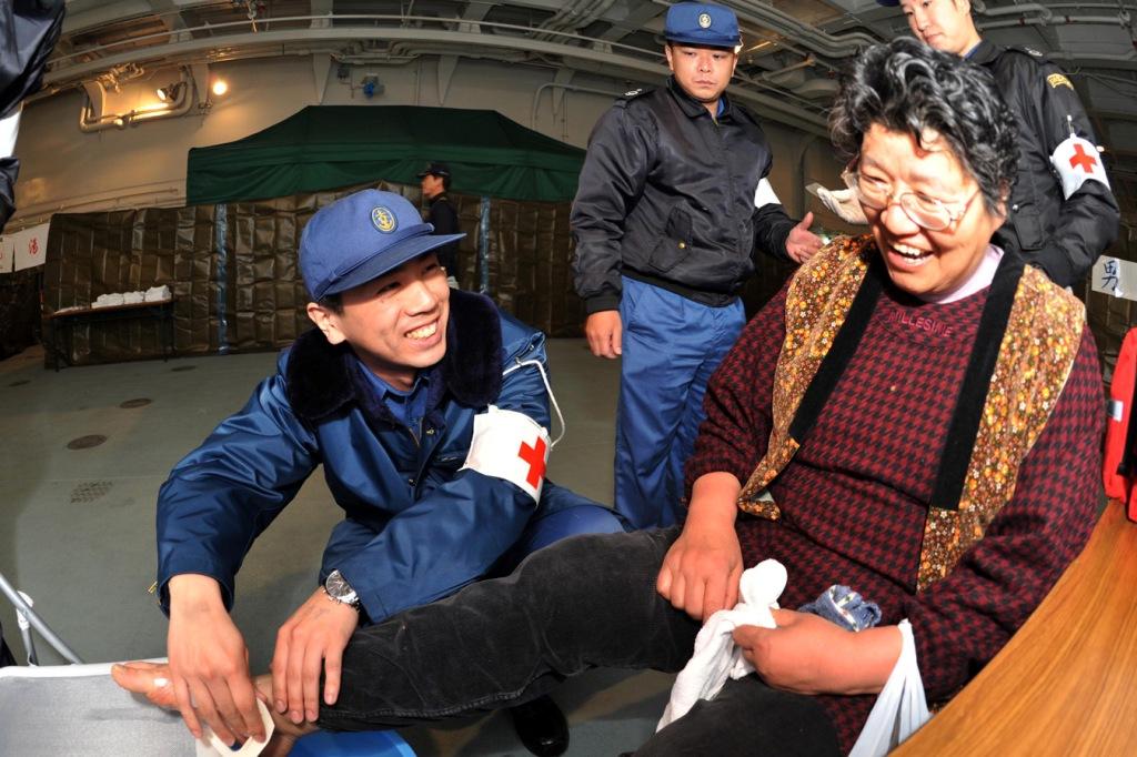 Muitos dos feridos civis foram inicialmente assitidos em instalações (e navios) militares (Foto Ministério da Defesa do Japão)