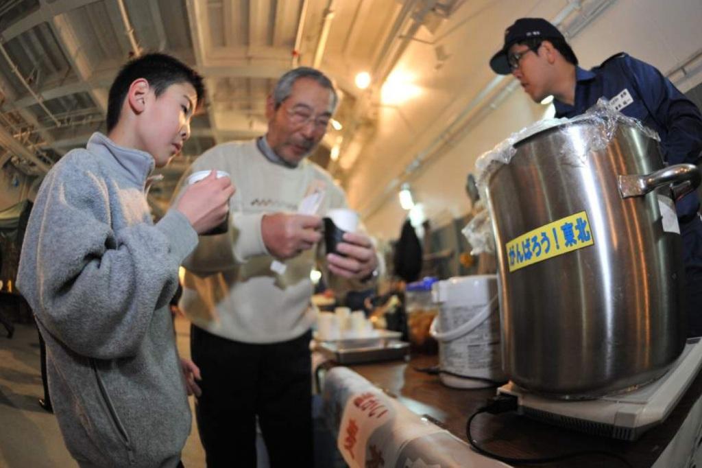 O fornecimento de refeições e aquecimento foi uma das prioridades dos primeiros momentos e que se mantiveram. Centenas de milhares de pessoas ficaram sem casa e tiveram que ser abrigadas e alimentadas (Foto Ministério da Defesa do Japão)