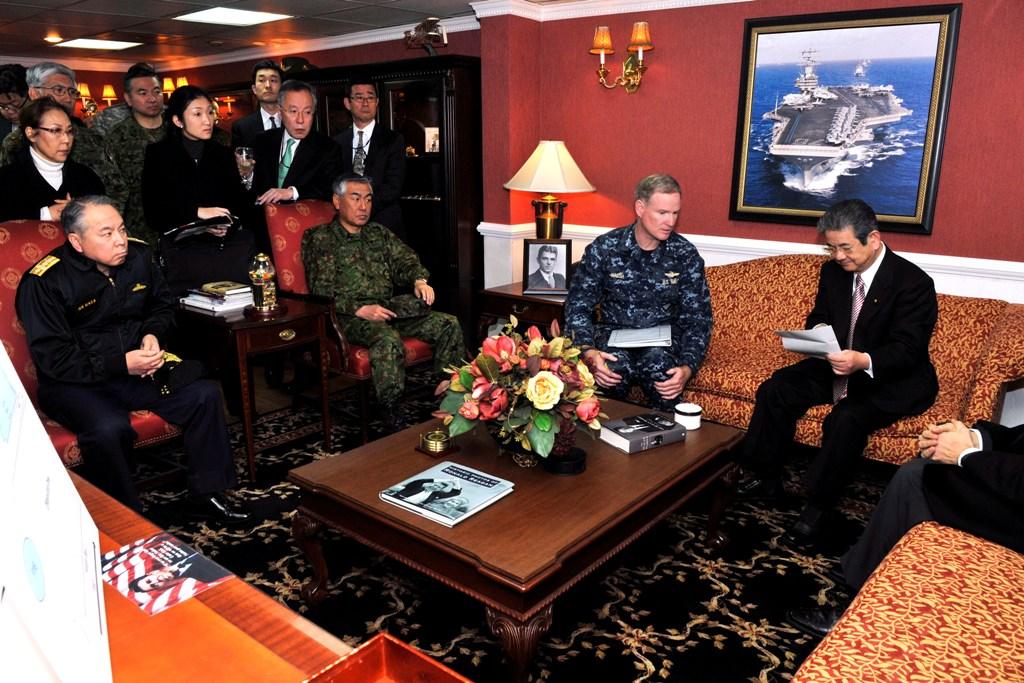 """O Ministro da Defesa do Japão, Toshimi Kitazawa (à direita), com o Almirante Patrick Walsh, comandante das firças dos EUA envolvidas no apoio ao Japão, encontram-se a bordo do porta-aviões USS """"Ronald Reagan"""" (Foto U.S. Navy pelo Mass Communication Specialist 3rd Class Shawn J. Stewart"""