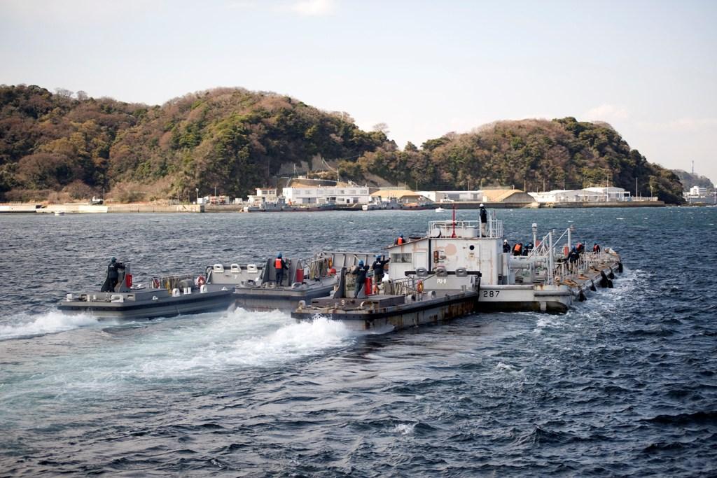 """A """"Barge"""", uma das duas barcaças que a U.S. Navy empenhou nas operações de transporte de água para o arrefecimento da central nuclear. Cada uma transporta 851,000 litros, e não havia alternativas ao transporte de tão elvadas quantidade de água não salgada (Foto U.S.Navy pelo Mass Communication Specialist 2nd Class John Smolinski)"""